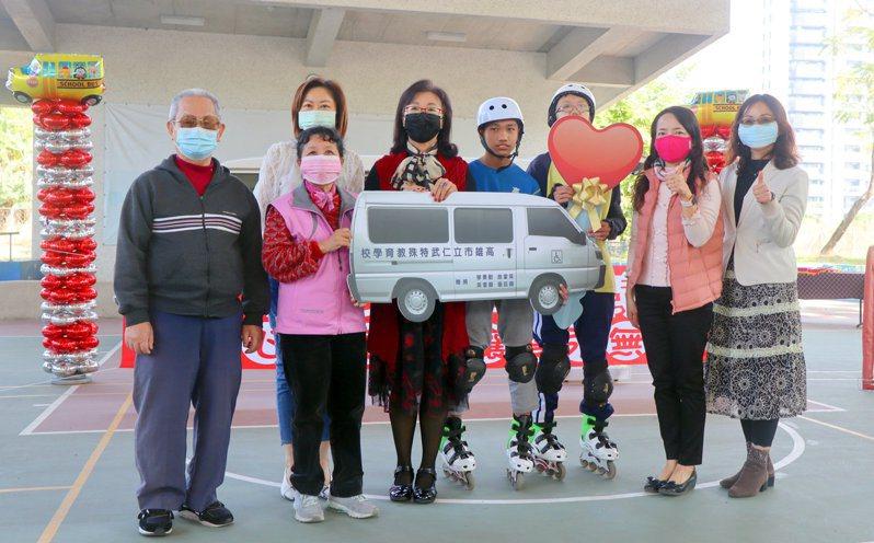 四位市民合贈一輛復康巴士給仁武特殊教育學校使用。圖/高市教育局提供