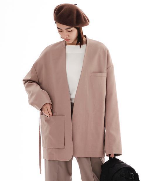 plain-me與陳艾琳聯名系列無領綁帶西裝外套3,480元。圖/plain-m...