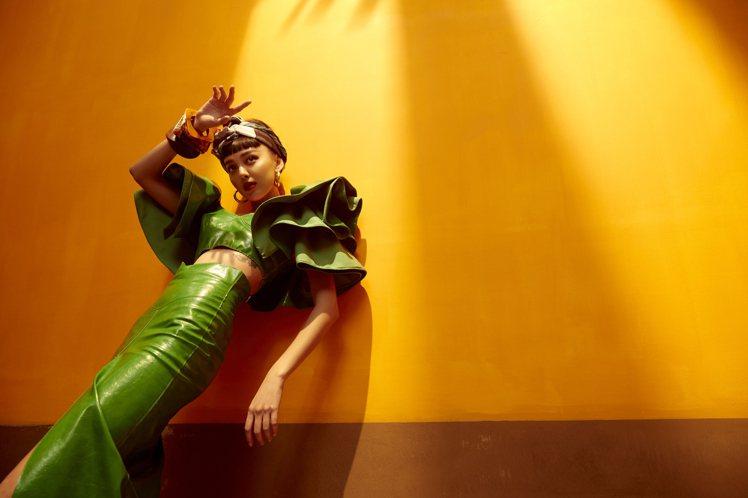 KOL李函和iROO聯手,演繹品牌春夏形象⼤片。圖/iROO提供
