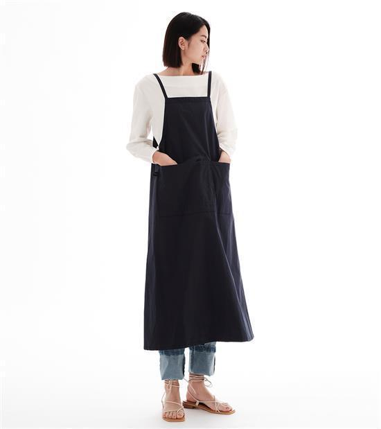 plain-me與陳艾琳聯名系列棉混紡雙穿圍裙1,680元。圖/plain-me...