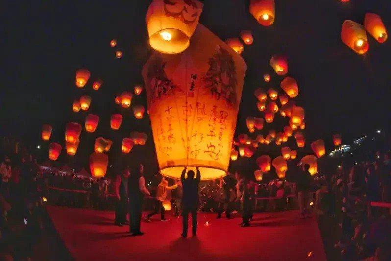 「新北市平溪天燈節」往年都吸引許多國外旅客前來朝聖,但因疫情升溫,新北市觀光旅遊局表示,停辦也是選項之一。圖/新北市觀旅局提供