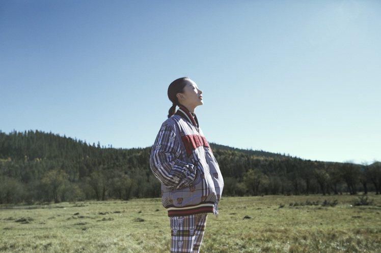品牌大使周冬雨演出在雲南取景的BURBERRY農曆新年微電影「心春由你」。圖/B...