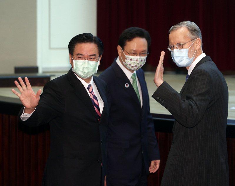 美國將迎接新總統,一般AIT台北辦事處處長任期是三年,酈英傑(右)的任期也將進入尾聲。圖/聯合報系資料照片