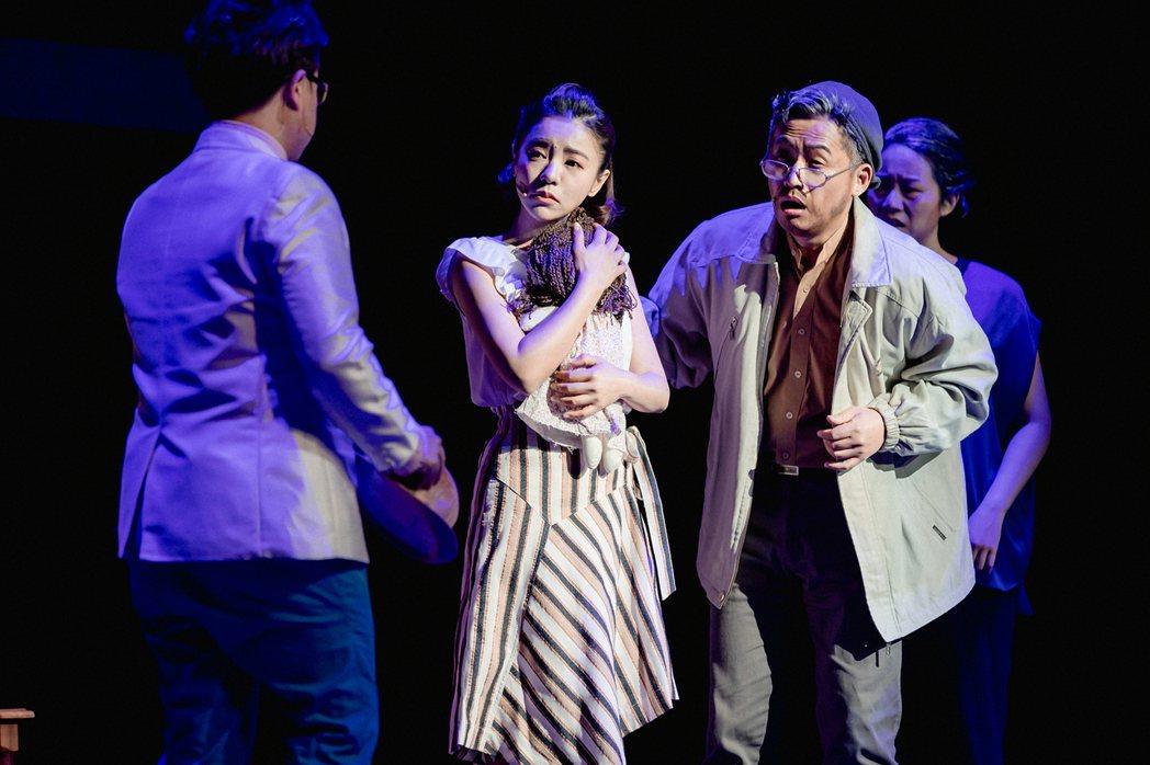 丁噹(左二)和王柏森(右二)主演的音樂劇「搭錯車」宣布延期。圖/相信音樂提供