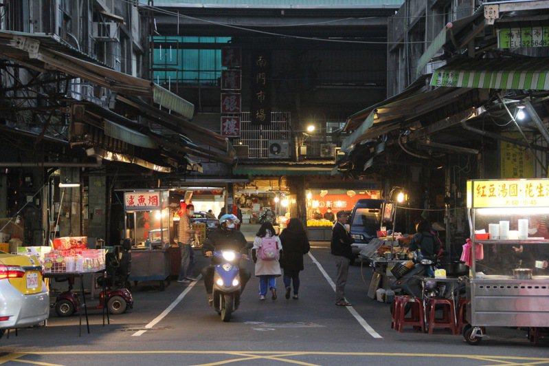 南門夜市昨天傍晚仍有小吃業者擺攤做生意,雖有客人上門,但人潮明顯比以往少許多。記者陳俊智/攝影