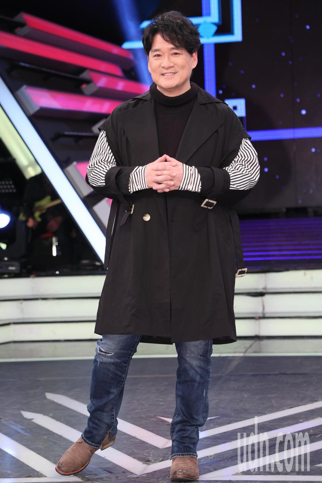國民歌王周華健(圖)宣傳5月的北高兩地演唱會,今天上綜藝節目「綜藝大熱門」宣傳。...