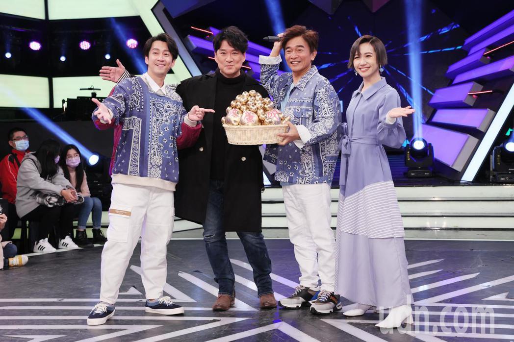 國民歌王周華健(左二)為了宣傳5月的北高兩地演唱會,今天上綜藝節目「綜藝大熱門」...