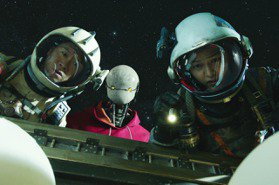 Netflix丟太空垃圾在首爾江南站!宋仲基新劇變身「貪財歐巴」