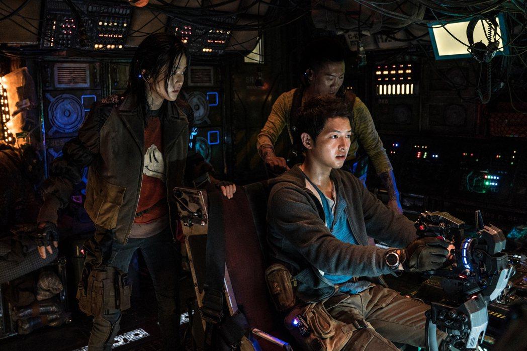 宋仲基駕駛太空船模樣認真帥氣。圖/Netflix提供