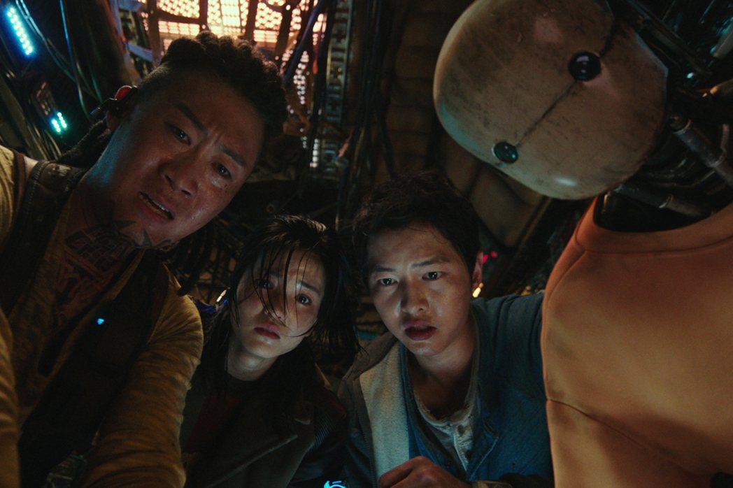 宋仲基、金泰梨、陳善奎和機器人柳海鎮通力合作。圖/Netflix提供