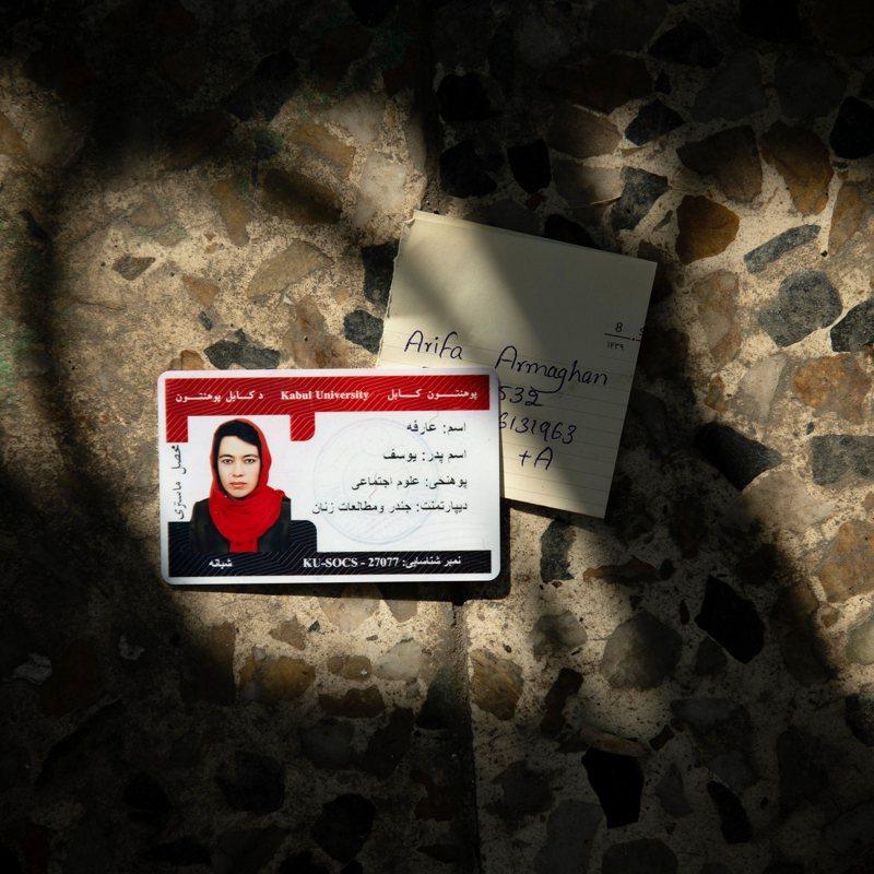 對喀布爾市年輕人而言,口袋卡已成日常生活的一部分,證實一個人的存在,確保萬一暴死來臨之際,那不是條無名的生命。圖/取自紐約時報
