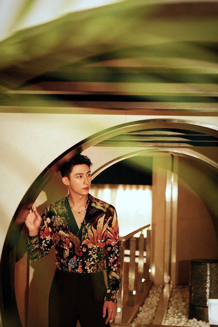 Qeelin邀請新銳男星黃景瑜以高彩的花襯衫搭配Qeelin Wulu系列長項鍊...