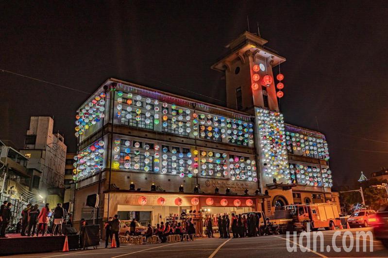 台南市消防局第七大隊今晚與祀典武廟,在中正消防分隊合辦消防燈籠點燈,亮麗奪目。圖/台南市消防局提供