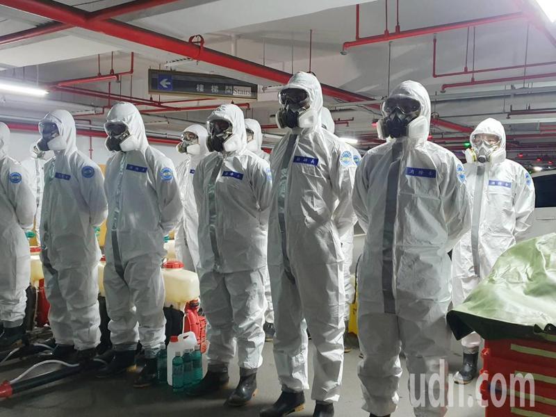 衛生福利部桃園醫院有6名醫護染疫,甚至已擴散到其家人,累計9人確診,為防院內感染持續擴大,陸軍六軍團33化學兵群派出約20名化學兵,到醫院現場進行消毒。記者陳夢茹/攝影