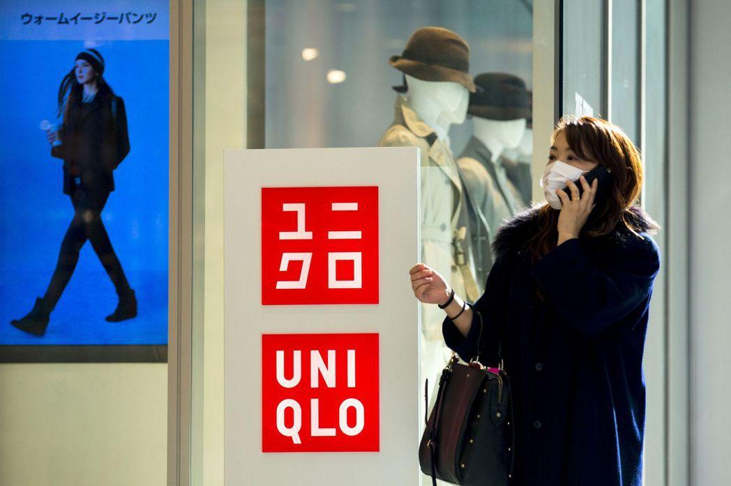 日本民眾現在可以在全國約800家Uniqlo商店透過手機App進行電子支付,只需...