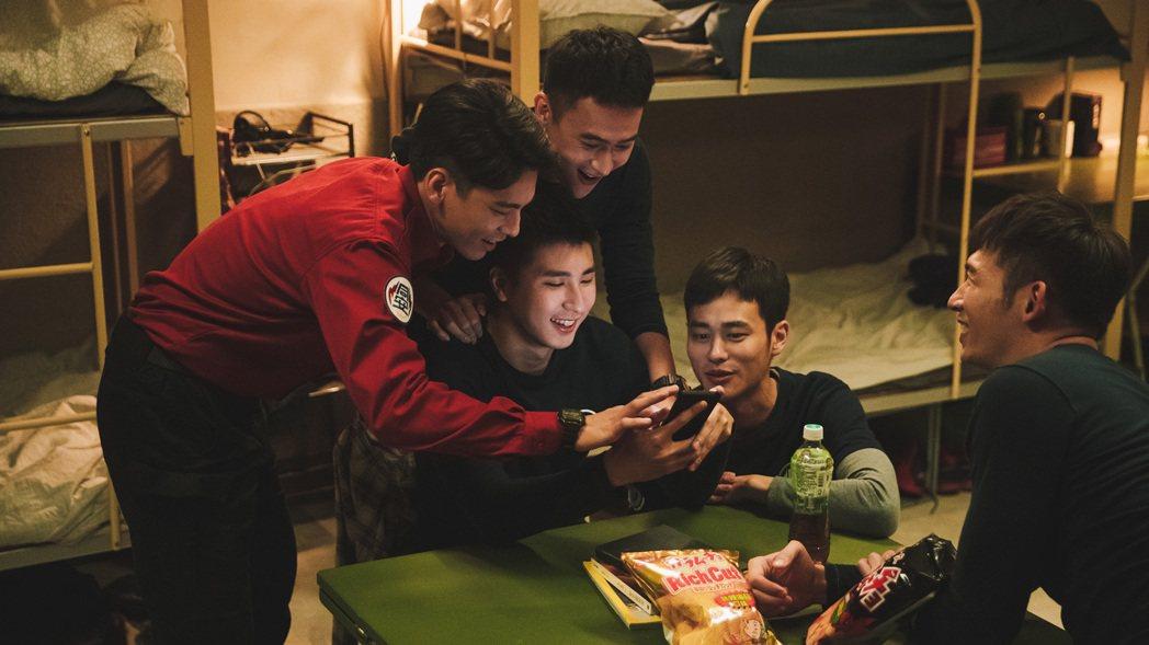 林柏宏(左起)、劉冠廷、胡適安、夏騰宏、溫昇豪戲裡戲外都培養出好感情。圖/公視提...