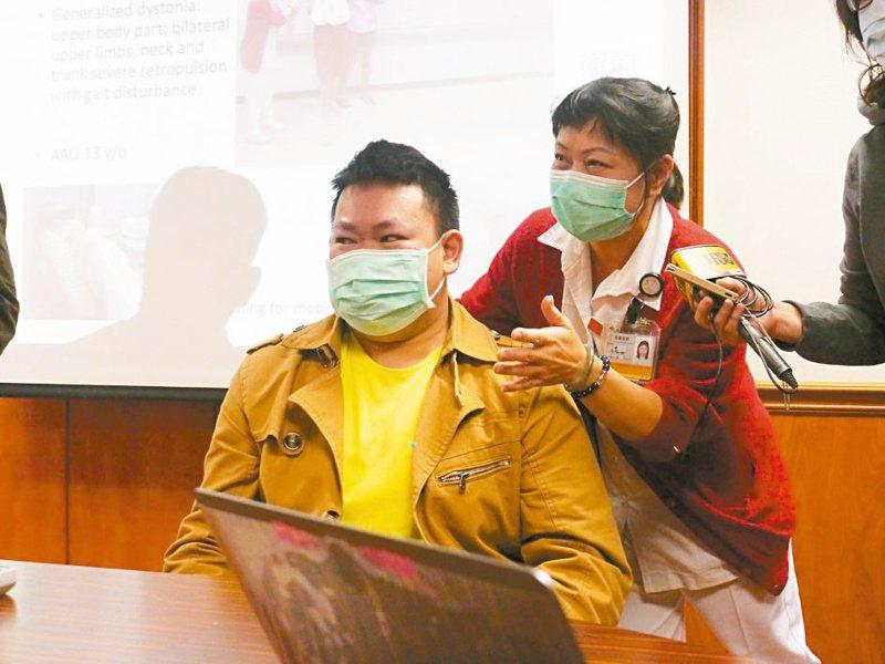 王姓病友13歲發病,一度只能在地上爬行移動。記者徐白櫻/攝影