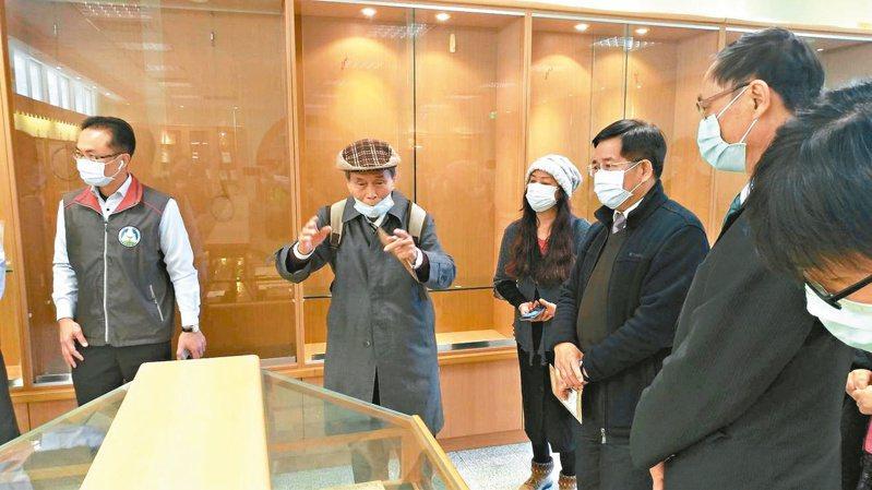 張良澤(左二)為教育部長潘文忠(左四)導覽「台灣文學資料館」館藏,爭取成立台灣文學國家園區。記者周宗禎/攝影