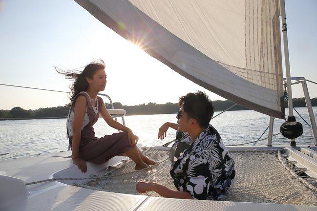 躺在船頭的網床,可以享受行駛時的優閒氣氛。記者陳睿中/攝影