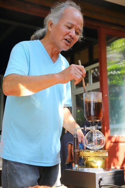 大儲花間創辦人郭雅聰,對咖啡有著濃厚的感情。記者陳睿中/攝影