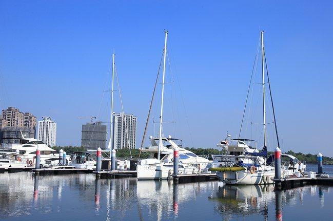 乘著遊艇在海上航行,可以欣賞到不同角度的沿岸景色。記者陳睿中/攝影