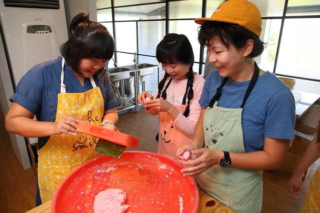 在DIY課程中,可以享受學習製作紅龜粿的樂趣。記者陳睿中/攝影