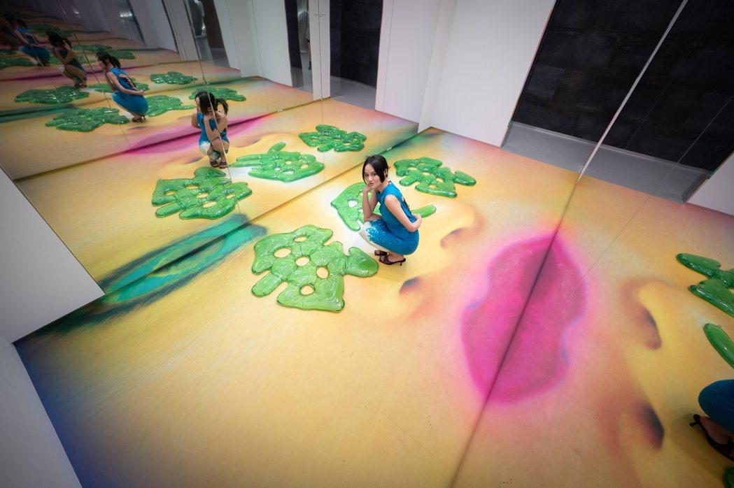 藝術家江宥儀與作品〈我愛我 I Love I〉。 圖/TAO ART提供