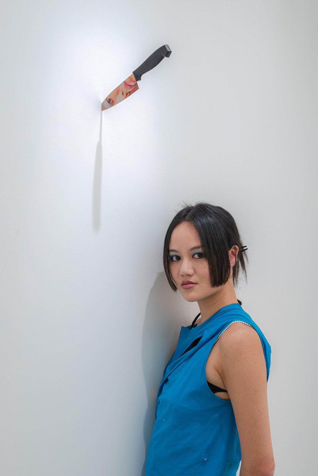 台裔視覺藝術家江宥儀出生於1991年,取得實踐大學時裝設計學士學位,現居紐約。 ...