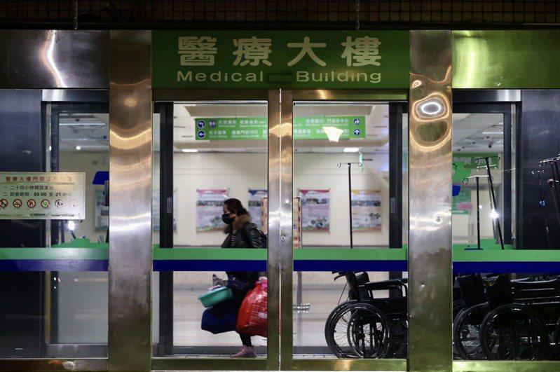 部立桃園醫院群聚感染,護理人員全副武裝,謹慎應對。許多病患家屬、看護提著行李離開醫院。記者黃義書/攝影