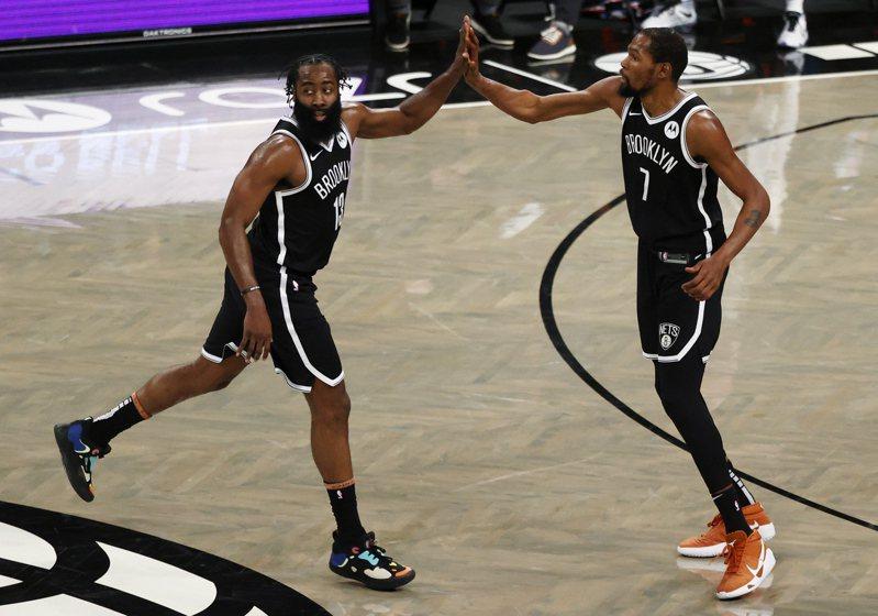 哈登(左)、杜蘭特過去在雷霆合作,現在又在籃網聚首,兩人根本不需要磨合期阿! 歐新社