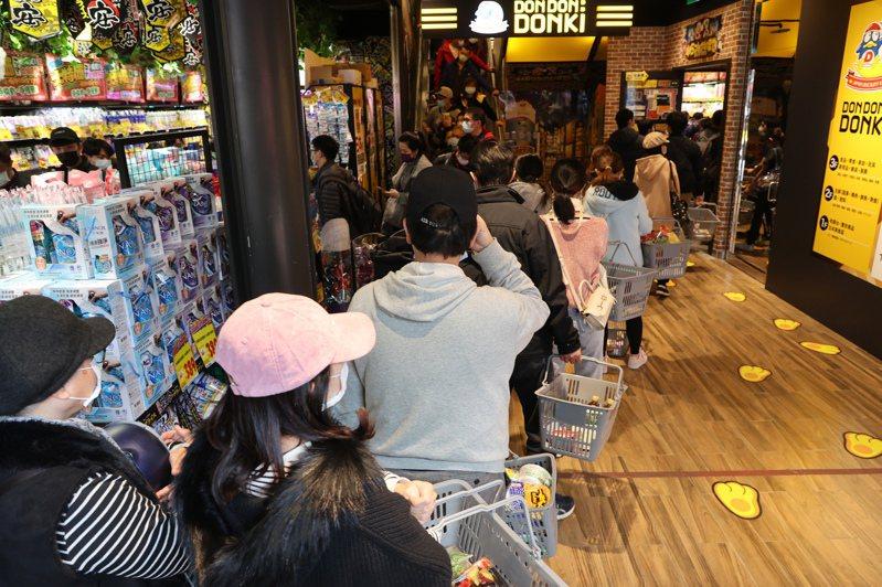 日本唐吉軻德「DON DON DONKI」19日正式開幕,一開店就吸引大批民眾排隊,店內人人手拿購物籃準備購物。 圖/聯合報系資料照(記者蘇健忠攝影)