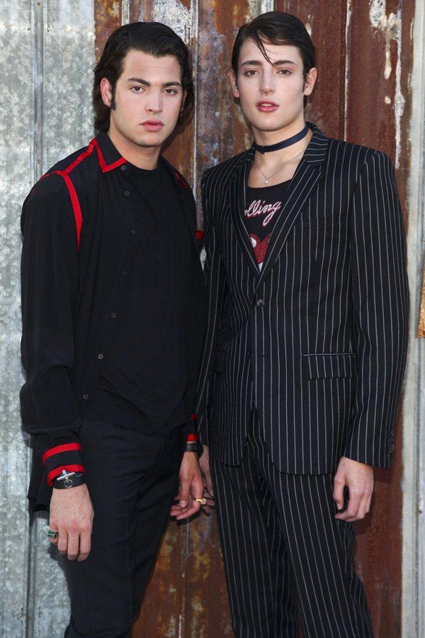 圖為2015年哈利跟哥哥(圖左)出席紐約時裝週紀梵希(Givenchy)時裝秀。...