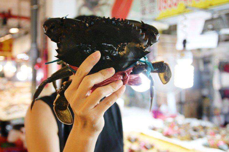 嘉義縣布袋鎮觀光漁市販售比人臉還大的大螃蟹。圖/嘉義縣政府提供