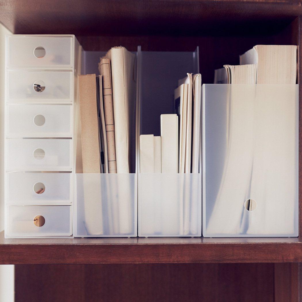 運用不同大小的收納盒,讓客廳找回極簡風。圖/無印良品提供