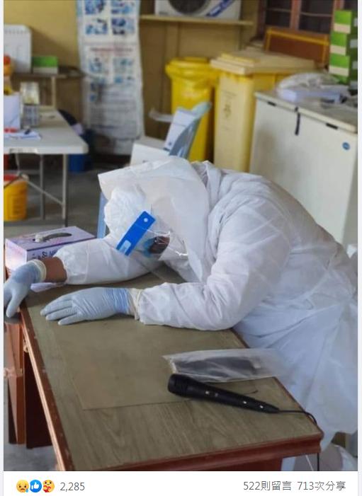 馬來西亞一名醫生阿里諾哈山(Dr. Ali Noor Hassan)由於位處前線防疫崗位,但長時間工作操勞,讓他累得想趴在桌上休息小睡,豈料卻在睡夢中辭世。圖擷自Skuad Pengurusan Jenazah - SPJ Malaysia