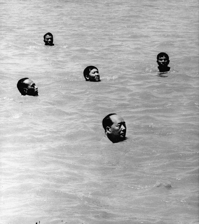 圖為1966年7月16日,著名的「毛澤東暢遊長江」(最下方的頭是毛澤東),當時毛...