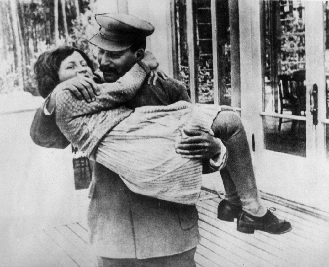 圖為1936年史達林抱著自己的女兒斯韋特蘭娜(Svetlana Alliluye...
