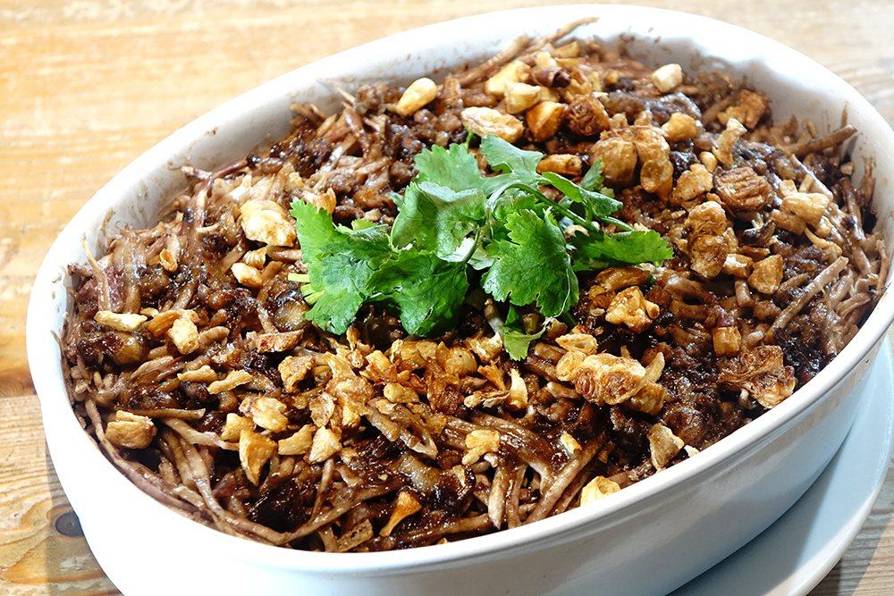芋簽粿是李媽媽親手特製的溫暖家庭味之一,尤其冬天適逢芋頭盛產時節,鬆軟綿密口感特...