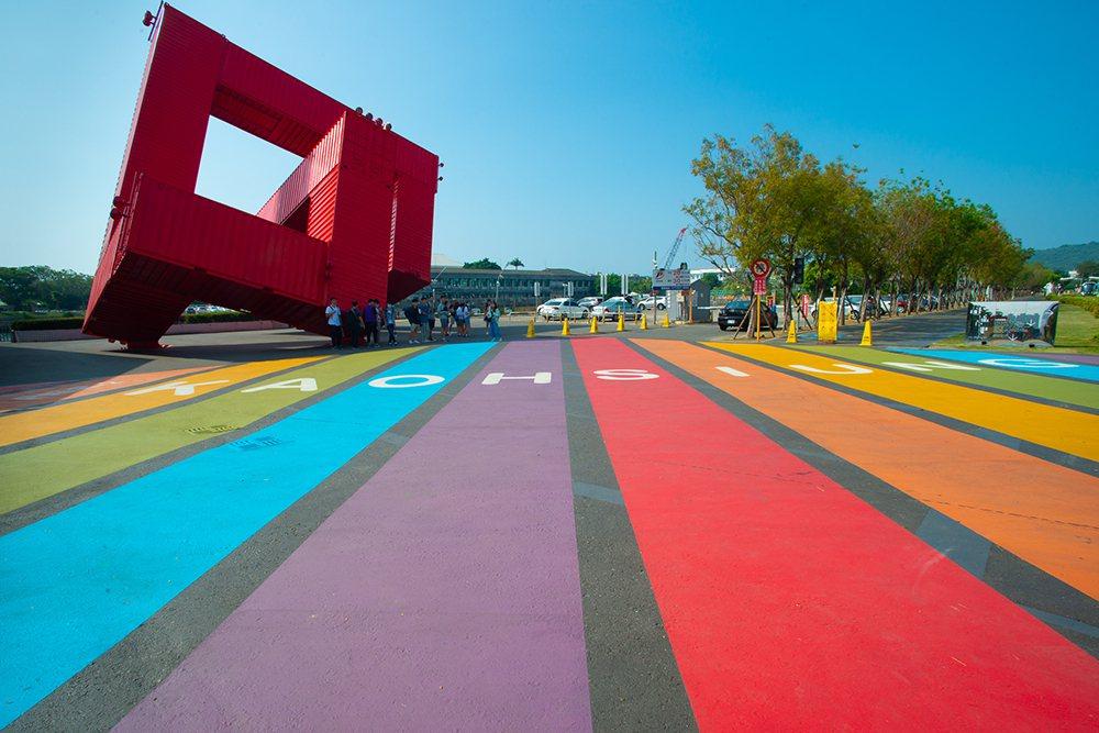 高雄駁二藝術特區最近出現了全國最大的彩虹地景。 圖/黃敬文 攝影