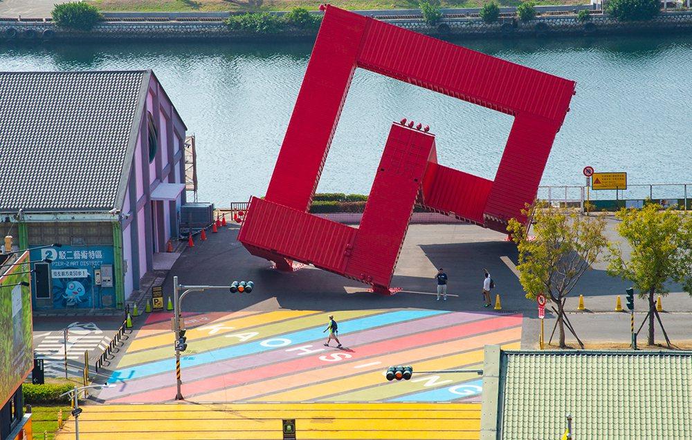 彩虹地景的後方是紅色貨櫃裝置藝術「巨人的積木」。 圖/黃敬文 攝影