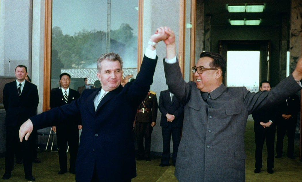誰敢論斷當代的反對者們,真的無法撼動歷史軌跡?圖為希奧塞古(左)與北韓領導人金日...