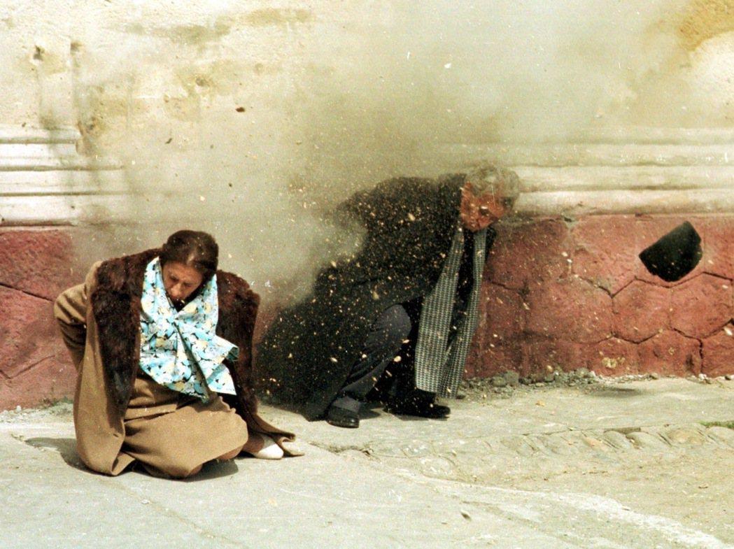 1989年12月25日,希奧塞古夫婦在羅馬尼亞的一處兵營廁所前的空地上被處決。希...