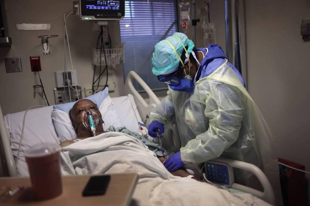 其中一位新冠病毒患者在康復之後,醫療人員為他補充抗生素。 圖/法新社