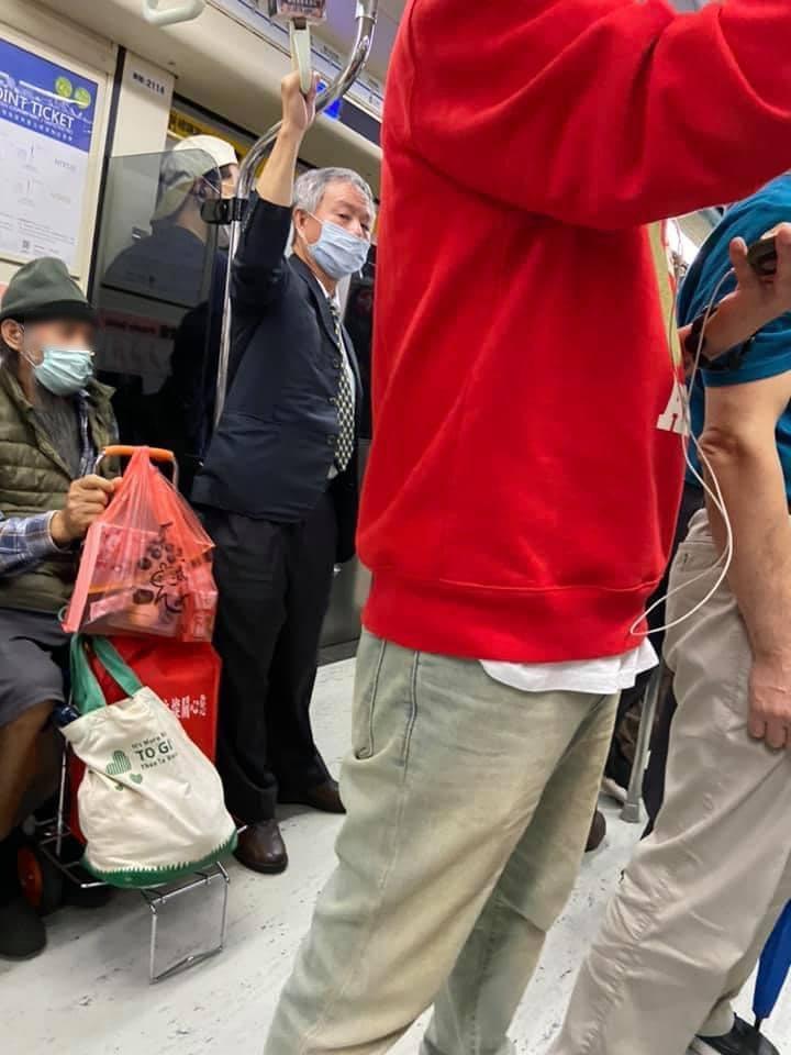 楊志良又被民眾爆料,搭乘捷運未依規定正確戴口罩,且是個「慣犯」,被乘客拍下回瞪照片。 圖擷自Emmy追劇時間粉專