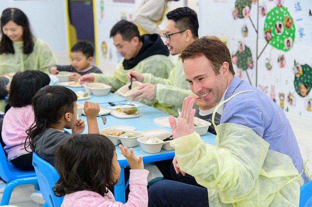 由台灣賓士同仁所組成的志工團隊,盼能藉由微薄之力,利用時間與園區孩童攜手同樂。 ...