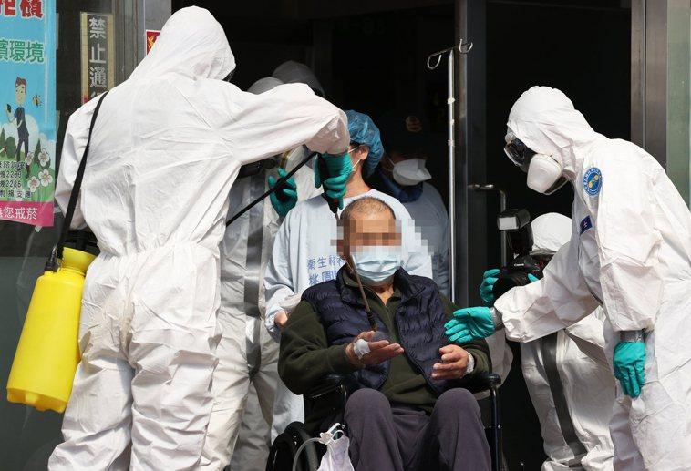 衛福部立桃園醫院持續進行清空作業,救護車與醫護人員全副武裝幫助病人轉院並進行消毒...