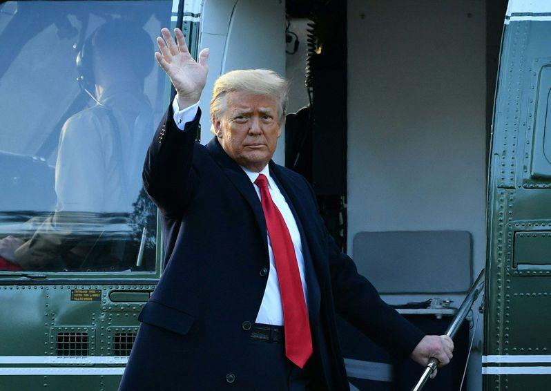 川普與妻子梅蘭妮亞兩人20日一早離開白宮,準備搭乘專機前往安德魯空軍基地參加告別典禮。 法新社