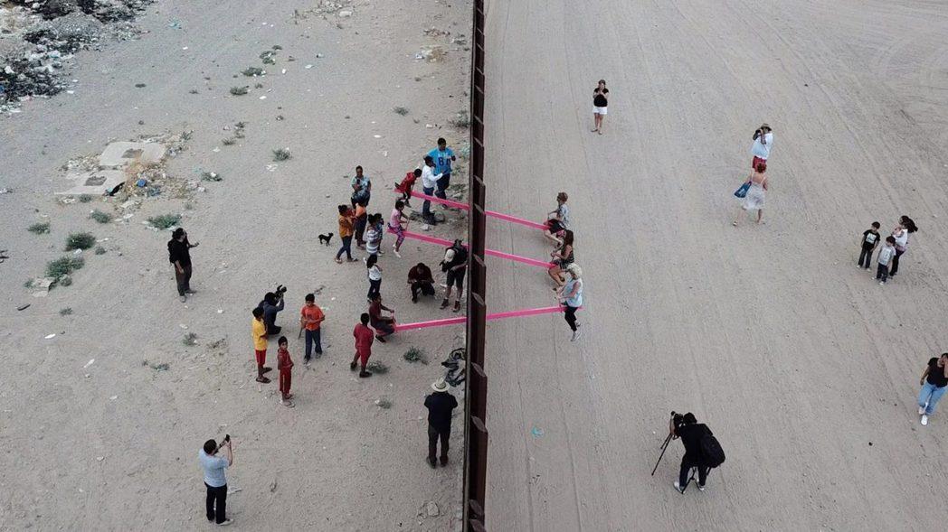 由設計工作室Rael San Fratello,在美墨邊境設計的蹺蹺板,獲得英國...
