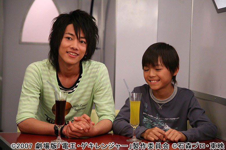 佐藤健(左)演出《假面騎士電王》。圖/擷自hominis