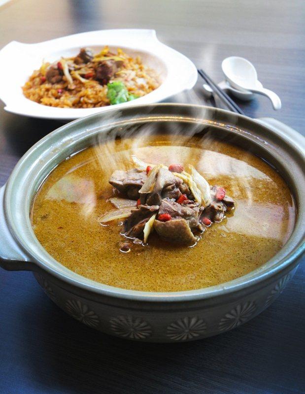 大板根森林溫泉酒店的麻油雞湯與麻油雞油飯,是運用在地食材的冬季進補美味。 業者/...